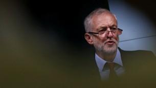 زعيم حزب 'العمال' البريطاني جيريمي كوربين خلال خطاب ألقاه حول خطط حزبه لبريطانيا، في وسط مدينة لندن في 15 سبتمبر، 2016. (AFP Photo/Adrian Dennis)