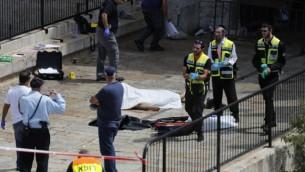 عناصر الشرطة الإسرائيلية تقف بالقرب من جثة رجل أردني قُتل بنيران الشرطة الإسرائيلية بعد أن ورد أنه حاول تنفيذ هجوم عند مدخل البلدة القديمة في القدس، 16 سبتمبر، 2016.(AFP PHOTO / Thomas COEX)
