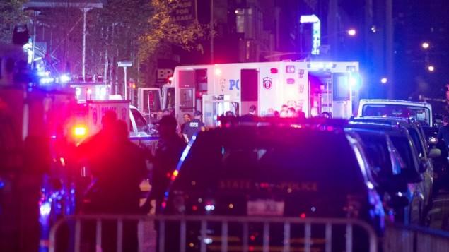 الشرطة وطواقم الإنقاذ بالقرب من موقع إنفجار قنبلة في الشارع ال23 في 17 سبتمبر، 2016، في مدينة نيويورك. (AFP PHOTO / Bryan R. Smith)