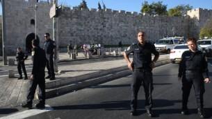 عناصر من الشرطة الإسرائيلية تحرس شارع السلطان سليمان القريب من  مدخل باب الساهرة إلى البلدة القديمة في القدي، حيث قام شاب فلسطيني بطعن شرطيين مأ أدى إلى إصابتهما في 19 سبتمبر، 2016. (AFP/Menahem Kahana)