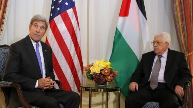 وزير الخارجية الأمريكي جون كيري، ورئيس السلطة الفلسطينية محمود عباس، في نيويورك، 19 سبتمبر، 2016. (AFP/Kena Betancur)