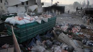 مساعدات انسانية منتشرة على الارض في بلدة اورم الكبرى في ريف حلب الغربي، بعد قصف قافلة مساعدات في سوريا، 20 سبتمبر 2016 (OMAR HAJ KADOUR / AFP)