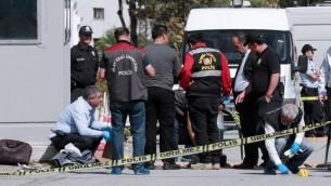 عناصر الشرطة تركية يتفحصون ساحة هجوم وقع امام السفارة الإسرائيلية في انقرة، 21 سبتمبر 2016 (ADEM ALTAN / AFP)
