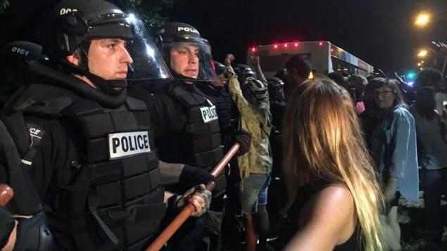 الشرطة الامريكية تحيط بمتظاهرين بعد مقتل رجل اسود بنيران الشرطة في كارولاينا الشمالية، 20 سبتمبر 2016 (ADAM RHEW / AFP)