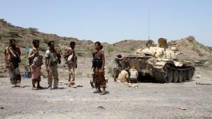 عناصر قوات موالة للحكومة اليمينية يطلقون النار نحو المتمردين الحوثيين في اليمن، 25 سبتمبر 2016 (SALEH AL-OBEIDI / AFP)