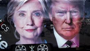 مركبة تابعة لقناة تلفزيونية تحمل صورا للمرشحين خارج القاعة التي تم فيها إجراء أول مناظرة رئاسية في جامعة 'هوفسترا' في هيمبستيد، نيويورك، 26 سبتمبر، 2016. (AFP PHOTO / Jewel SAMAD)Republican)