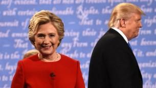 المرشحة الديمقراطية هيلاري كلينتون (من اليسار) والمرشح الجمهوري دونالد ترامب يغادران المنصة بعد المناظرة الرئاسية الاولى التي أجريت في جامعة 'هوفسترا' في همبستيرد، نيويورك، 26 سبتمبر، 2016. ( AFP PHOTO / Timothy A. CLARY)