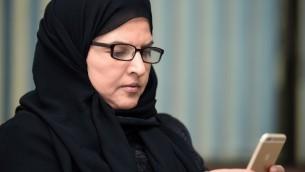 الناشطة السعودية والاستاذة الجامعية المتقاعدة عزيزة اليوسف، التي تدعو لاسقاط ولاية الرجل على المرأة، خلال مقابلة في الرياض، 27 سبتمبر 2016 (FAYEZ NURELDINE / AFP)