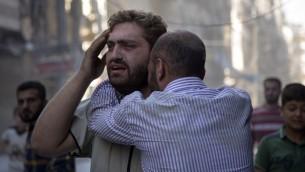 ردود فعل سوريون اثناء انتشال جثامين اطفال من تحت الركام بعد غارة جوية قامت بها قوات النظام السوري في حلب، 27 سبتمبر 2016 (KARAM AL-MASRI / AFP)