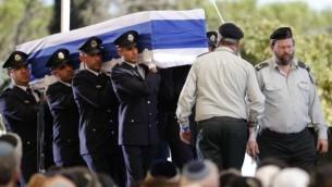 حرس الشرف يحمل نعش الرئيس الأسرائيلي السابق خلال جنازته في جبل هرتسل في القدس، 30 سبتمبر، 2016. (AFP/Thomas Coex)