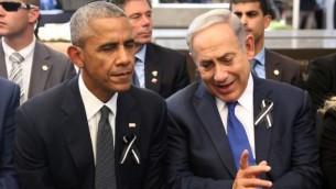 رئيس الوزراء بينيامين نتنياهو (من اليمين) يتحدث مع الرئيس الأمريكي باراك أوباما في المقبرة الوطنية في جبل هرتسل خلال جنازة رئيس الدولة السابق شمعون بيريس، 30 سبتمبر، 2016. (AFP/Pool/Menahem Kahana)