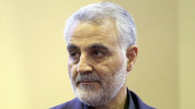قائد 'فيلق القدس' التابعة للحرس الثوري الإيراني، اللواء قاسم سليماني، خلال تقبله التعازي في وفاة والدته في طهران، 24 سبتمبر، 2013. (AFP/ISNA/Mehdi Ghasemi)