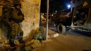 جنود خلال مداهمة لورشة صناعة اسلحة غير قانونية في مدينة جنين بالضفة الغربية، 26 سبتمبر 2016 (IDF Spokesperson's Unit)