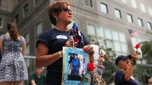 افراد عائلة ضباك مقتولين يشاهدون مسيرة في مانهاتن في الذكرى ال15 لاعتداءات 11 سبتمبر وضاط الشرطة الذين قتلوا خلالها، في 9 سبتمبر 2016 في نيويورك، Spencer Platt/Getty Images/AFP)