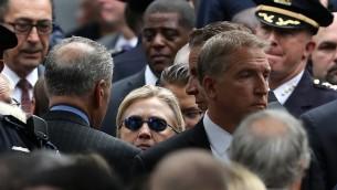 المرشحة الديمقراطية للرئاسة هيلاري كلينتون خلال مشاركتها في مراسم إحياء ذكرى إعتداءات 11 سبتمبر في مدينة نيويورك، 11 سبتمبر، 2016. (Justin Sullivan/Getty Images/AFP)