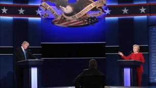 مرشحة الرئاسة الديمقراطية هيلاري كلينتون (من اليمين) تتحدث في الوقت الذي يصغي إليها المرشح الجمهوري للرئاسة دونالد ترامب (من اليسار) خلال المناظرة الرئاسية في جامعة 'هوفسترا' في 26 سبتمبر، 2016 في هيمبستيد، نيويورك. الأولى من بين أربع مناظرات لإنتخابات 2016، ثلاثة مناظرات رئاسية وواحدة بين المرشحين لمنصب نائب الرئيس، والتي أدارها الصحافي من شبكة NBC، ليستر هولت.  (Drew Angerer/Getty Images/AFP)