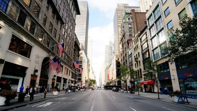 """صورة توضيحية لجادة """"فيفث أفينيو"""" في نيويورك (CC-BY SA Mr Hicks46, Flickr)"""