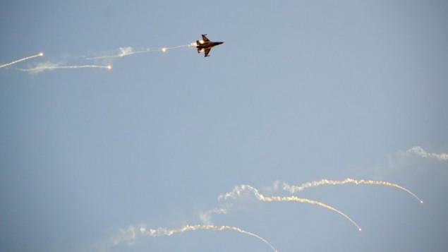 """طائرة مقاتلة إسرائيلية من طراز """"إف-16"""" تطلق شعلات ضوئية خلال عرض في 31 ديسمبر، 2015. (Hagar Amibar/Israel Air Force/Flickr)"""