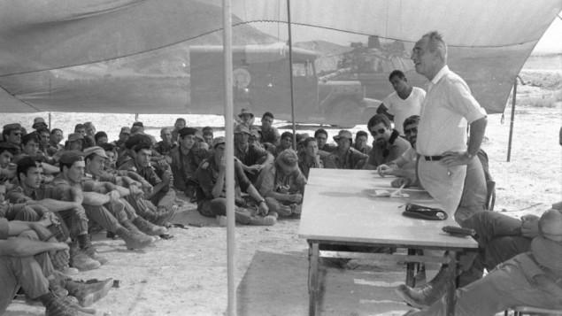 رئيس الوزراء الإسرائيلي آنذاك شمعون بيريس يلتقي بجنود من لواء ناحال في 16 أكتوبر، 1986. (Gil Ne'eh/Bamahane/Defense Ministry Archives)