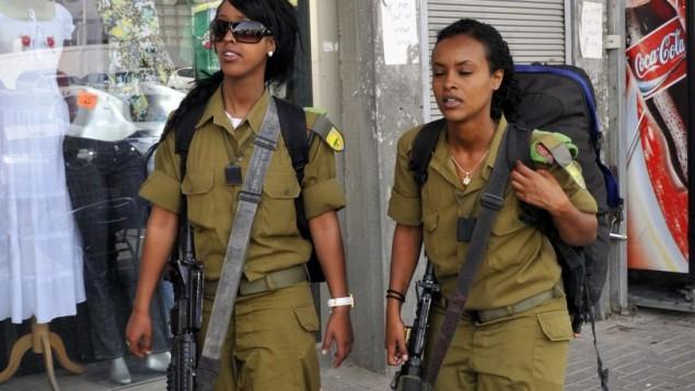 جنديتان إسرائيليتان من أصول إثيوبية بالقرب من بئر السبع (Serge Attal/Flash 90)