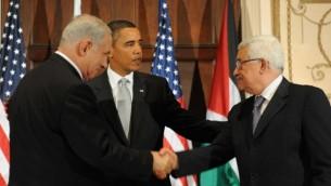 من اليسار إلى اليمين: رئيس الوزراء بينيامين نتنياهو والرئيس الأمريكي باراك أوباما ورئيس السلطة الفلسطينية محمود عباس خلال لقاء ثلاثي في نيويورك، 22 سبتمبر، 2009  (Avi Ohayon/GPO/Flash90)