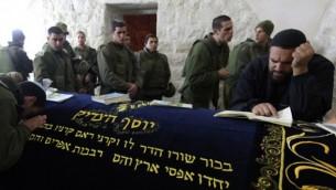 مصلون يهود محاطين بجنود إسرائيليين في 'قبر يوسف' في مدينة نابلس بالضفة الغربية، 28 ديسمبر، 2010. (Kobi Gideon/Flash90)