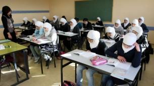 طالبات عربيات في مدرسة إبتدائية في حي أم طوبا العربي في القدس الشرقية، 13 ديسمبر، 2011. (Flash90/Kobi Gideon)