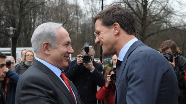 رئيس الوزراء بنيامين نتنياهو ورئيس الوزراء الهولندي خلال زيارة سابقة الى لاهاي (Amos Ben Gershom/GPO/Flash90)
