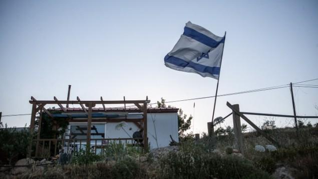 منزل نقال في بؤرة عمونا الاستيطانية في الضفة الغربية (Noam Moskowitz/ Flash 90)