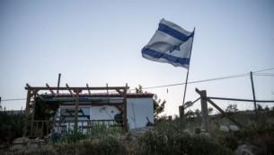 منزل متنقل في بؤرة عامونا الإستيطانية (Noam Moskowitz/Flash90)