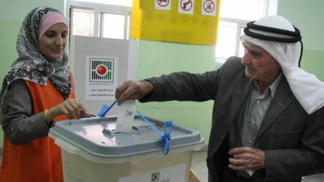 رجل فلسطيني يدلي بصوته في انتخابات المجالس المحلية في بلدة البيرة في الضفة الغربية، 20 اكتوبر 2012 (Issam Rimawi/FLASH90)