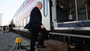 بنيامين نتنياهو يركب قطار من تل ابيب الى بئر السبع، 13 نوفمبر 2012 (Kobi Gideon /GPO/FLASH90)