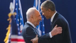 الرئيس الإسرائيلي السابق شمعون بيريس يرحب بالرئيس الامريكي باراك اوباما في منزل بيريس بالقدس، 20 مارس 2013 (Yossi Zamir/Flash90)
