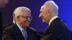 الرئيس الإسرائيلي السابق شمعون بيرس يلتقي رئيس السلطة الفلسطينية محمود عباس خلال منتدى الإقتصاد العالميفي عمان، الأردن، 26 مايو 2013 (Mark Neyman/GPO/FLASH90)