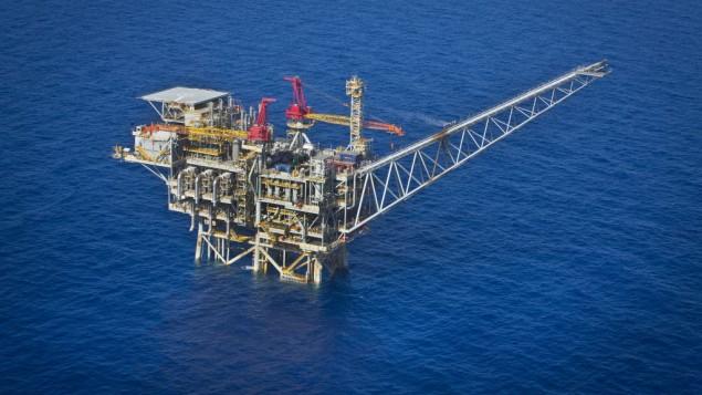 """صورة من الجور لحقل الغاز """"تمار""""على بعد 24 كيلومترا من سواحل مدينة أشكلون في جنوب إسرائيل. شركتا 'نوبل إنرجي' و'ديليك' هما الشريكتان الرئيسيتان في حقل الغاز، 11 أكتوبر، 2013.  (Moshe Shai/FLASH90)"""