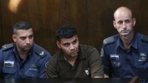 نور الدين حشايكة، المدان بقتل الجندي الإسرائيلي ألموغ شيلوني، خلال ظهوره في محكمة في تل أبيب، 24 نوفمبر، 2014. (Flash90)