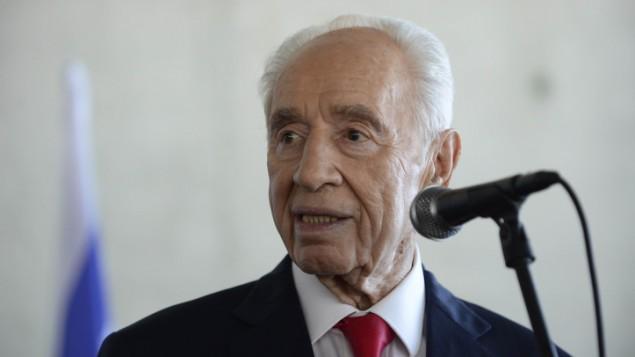الرئيس الإسرائيلي السابق شمعون بيريس في مركز بيريس للسلام بتل ابيب، 27 يوليو 2015 (Tomer Neuberg/Flash90)