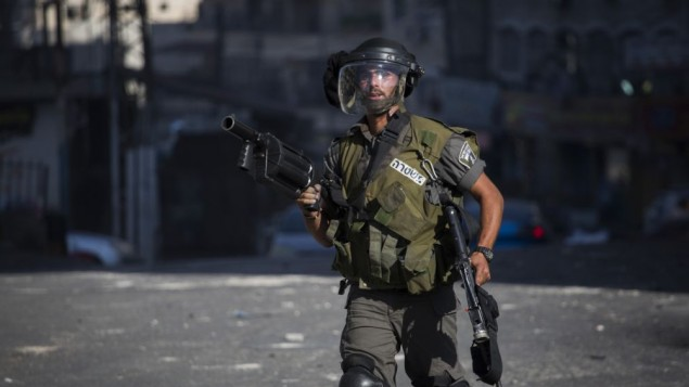 عنصر من شرطة حرس الحدود في مخيم شعفاط في القدس الشرقية، 18 سبتمبر، 2015. (Hadas Parush/Flash90)
