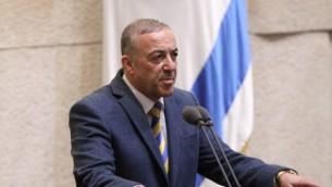 """عضو الكنيست عن حزب """"كولانو"""" أكرم حسون خلال أدائه اليمين القانونية في الكنيست في القدس، 1 فبراير، 2016. (Issac Harari/Flash90)"""