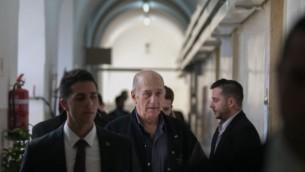 رئيس الوزراء الأسبق إيهود أولمرت يغادر قاعة محكمة الصلح في القدس، 10 فبراير، 2016. (Ohad Zwigenberg/POOL)
