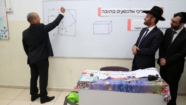 نفتالي بينيت في مدرسة يهودية متشددة في تل ابيب، 10 مايو 2016 (Yaacov Cohen/Flash90)