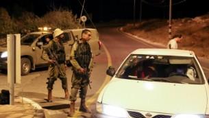 من الأرشيف: جنود إسرائيليون يسدون الطريق إلى مستوطنة إفرات في أعقاب هجوم إطلاق نار في المنطقة في 9 يوليو، 2016. (Gershon Elinson/Flash90)