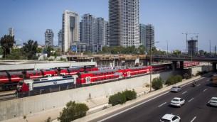 """قطار يمر بالقرب من محطة """"مركز"""" في تل ابيب، 23 اغسطس 2016 (Miriam Alster/Flash90)"""