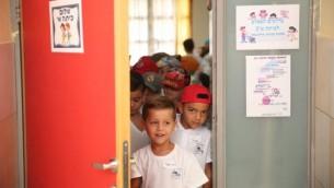 طلاب الصف الأول في يومهم الاول في مدرسة في معالية أدوميم، 1 سبتمبر، 2016. (Hadas Parush/Flash90)