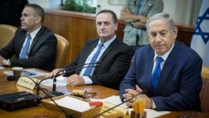 رئيس الوزراء الإسرائيلي بينيامين نتنياهو يجلس إلى جانب وزير المواصلات يسرائيل كاتس خلال الجلسة الأسبوعية للحكومة في القدس، 4 سبتمبر، 2016. (Hadas Parush/Flash90)