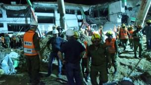 عمال انقاذ في موقع انهيار موقف سيارات في تل ابيب، 5 سبتمبر 2016 (FLASH90)