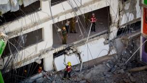 عمال انقاذ في موقع انهيار مبنى في تل ابيب، 5 سبتمبر 2016 (Miriam Alster/Flash90)