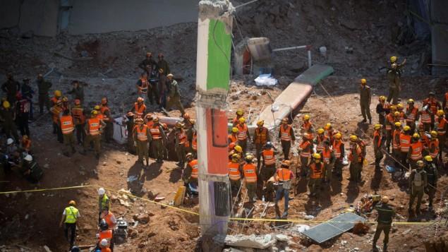 عمال انقاذ في موقع انهيار مبنى في تل ابيب، 5 سبتمبر 2016 (Yonatan Sindel/Flash90)