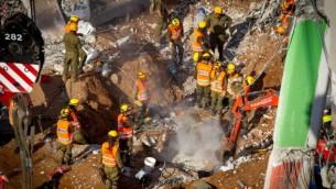 طواقم إنقاذ إسرائيل في موقع إنهيار المبنى في حي رمات هحيال في تل أبيب، 6 سبتمبر، 2016. (Miriam Alster/Flash90)
