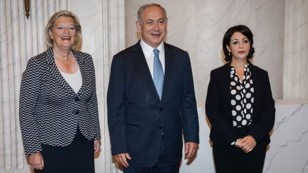 رئيس الوزراء الإسرائيلي بينيامين نتنياهو يلتقي برئيسة مجلس الشيوخ الهولندي أنكي بروكرز كنول (من اليسار) ورئيسة مجلس النواب خديجة عريب (من اليمين) في لاهاي في 7 سبتمبر، 2016. ((Photo by Amos Ben Gershom/GPO))
